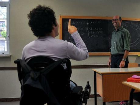 immagine di un insegnante di sostegno mentre spiega