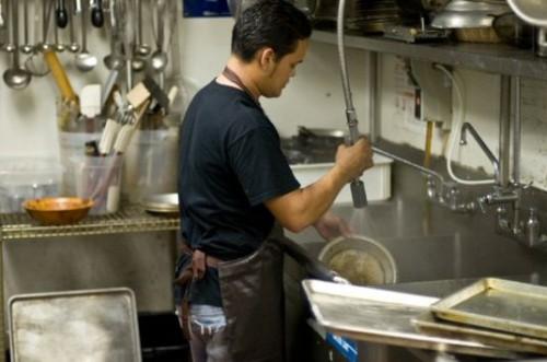 Pur di lavorare in Germania/ in 250 per un posto da aiuto-cuoco