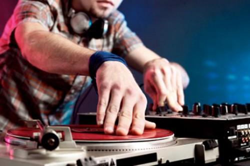 ROMA – VITTORIA PER I DJ. DA OGGI SONO ARTISTI A CUI SPETTA UNA QUOTA SUI DIRITTI MUSICALI 2012-06-06_benedict_how-to-hire-a-deejay-or-band-for-your-party_default-500x333