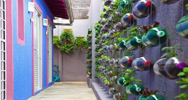 L orto si sposta sulle pareti di casa con bottiglie di for Contenitori in plastica da giardino