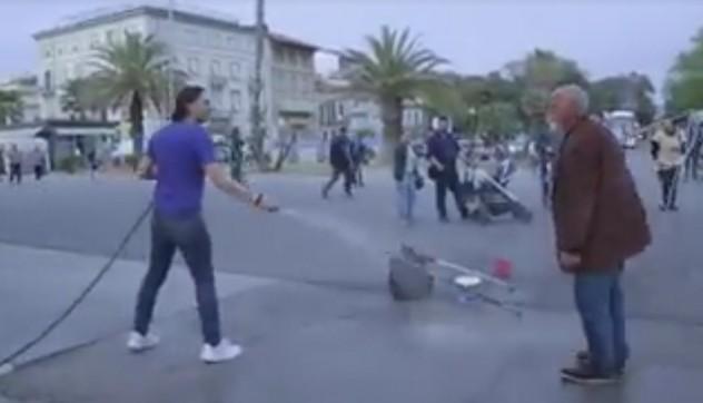 VIDEO YOUTUBE Clochard fa bolle sapone e lui lo innaffia