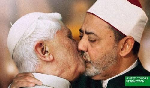 Il bacio tra il papa e l'imam per la campagna UNHATE di Benetton